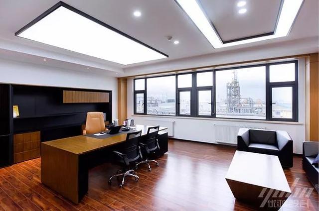 办公桌的颜色与设计风格要匹配